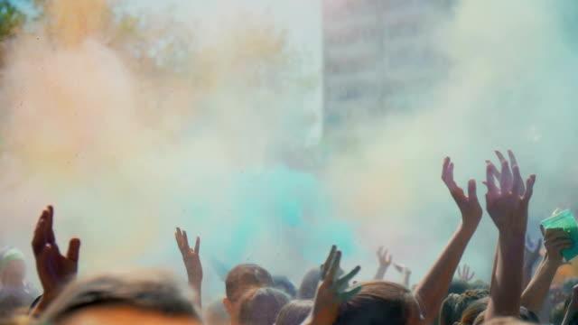 vídeos de stock e filmes b-roll de celebration of holi colors festival , slow motion - holi
