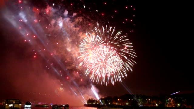Feier des 70. Jahrestages der Sieg Day(WWII) Moskau, Russland. Feuerwerk am Ufer der Moskwa – Video