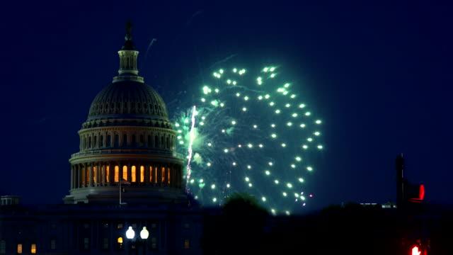 背景にワシントンdcの7月独立記念日米国議会議事堂の7thの祝賀花火 - 記念建造物点の映像素材/bロール