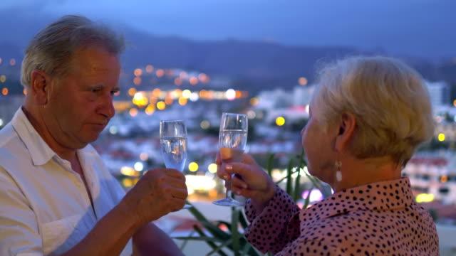 vidéos et rushes de toast de célébration sur le toit dans la résolution 4k 60fps - man drinking terrace