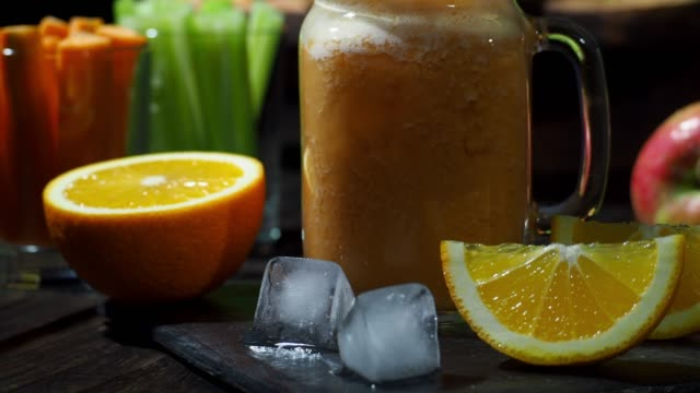 selleri, morot och apelsin smoothie - konserveringsburk bildbanksvideor och videomaterial från bakom kulisserna