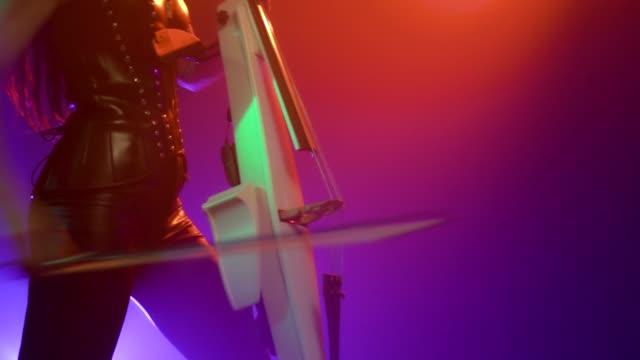 vídeos de stock, filmes e b-roll de violoncelista com violoncelo eletrônico executa no palco. - arte, cultura e espetáculo
