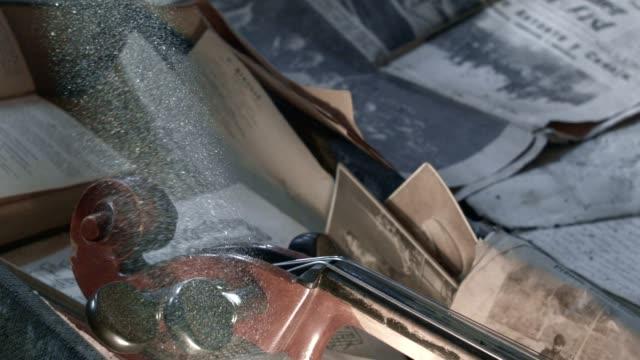 cello im dachgeschoss, familie schatz erbe - dachboden stock-videos und b-roll-filmmaterial