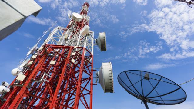 vídeos y material grabado en eventos de stock de cellphone torre de telecomunicaciones lapso de tiempo - mástil