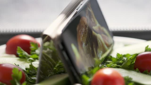 cellphone with thanksgiving or christmas roasted turkey on screen in microwave. - indyk pieczony filmów i materiałów b-roll