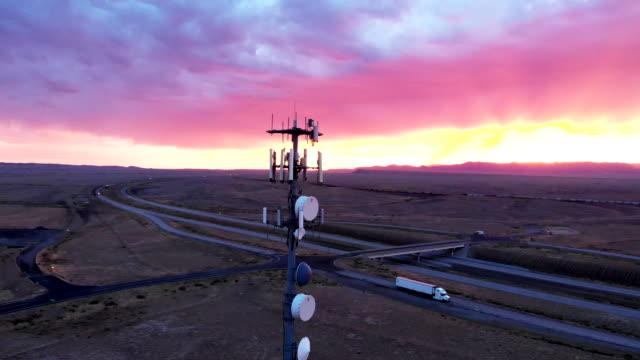 vídeos de stock, filmes e b-roll de torre celular 5g no vasto e árido deserto desolado no leste de utah perto de moab ao anoitecer sob uma paisagem dramática - antena parabólica