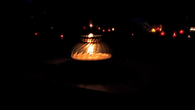 cemetery - ljus på grav bildbanksvideor och videomaterial från bakom kulisserna