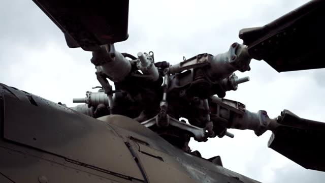 center of helicopter mi-24 rotor, place the blade mount - śmigło filmów i materiałów b-roll