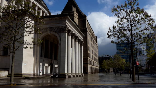 central library in manchester after rain - manchester inghilterra video stock e b–roll