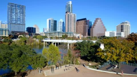 central texas paradise nel public park austin, texas giornate di sole nella collezione autunno autunno inverno - centro della città video stock e b–roll