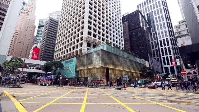 zentrum der stadt mit viel befahrenen straße in öffentlichen verkehrsmitteln in hong kong stadt - überweg warnschild stock-videos und b-roll-filmmaterial