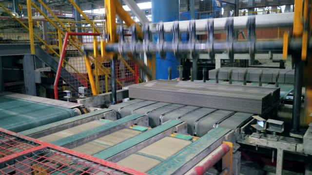 keramiska block blir mekaniskt skuren i tegel - biltransporttrailer bildbanksvideor och videomaterial från bakom kulisserna