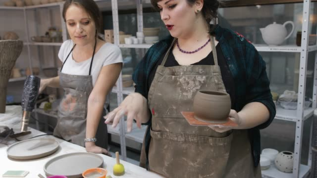 vídeos de stock e filmes b-roll de ceramic workshop - avental