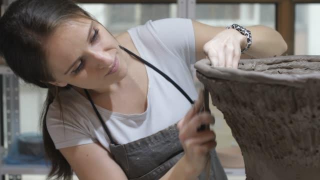 keramik-werkstatt - künstlerischer beruf stock-videos und b-roll-filmmaterial