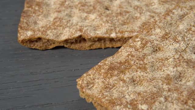 vidéos et rushes de coup de gros plan de pain croustillant de céréales - seigle grain