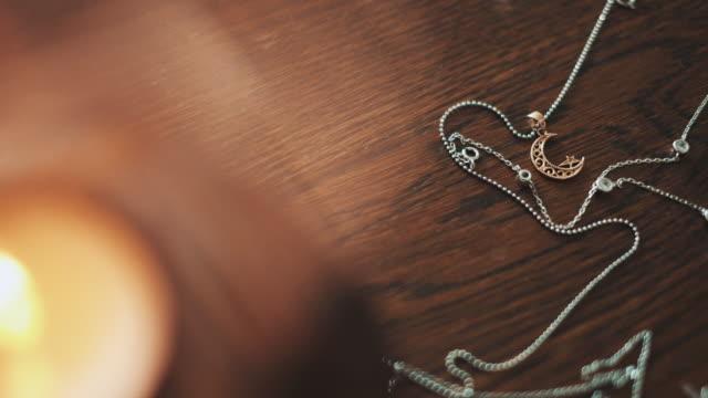 stockvideo's en b-roll-footage met ketting met een medaillon in de vorm van maan en ster. - halsketting