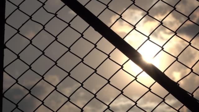 rete metallica e sole cielo - ferro video stock e b–roll