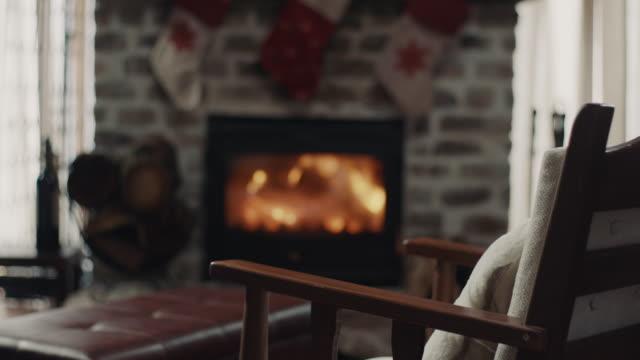 stockvideo's en b-roll-footage met stoel voor de open haard - christmas cabin
