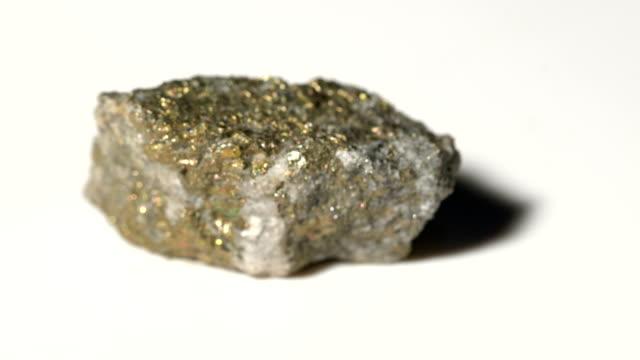 kopparkis mineral prov i rotation med vit bakgrund - mineral bildbanksvideor och videomaterial från bakom kulisserna