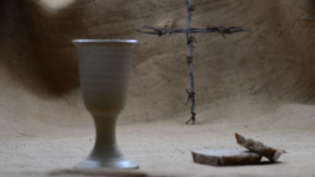 성배는 삼 베에 십자가 빵과 와인... 랙 초점입니다. - 찰리스 스톡 비디오 및 b-롤 화면