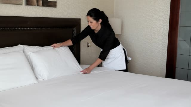 Chambermaid machen das Bett – Video