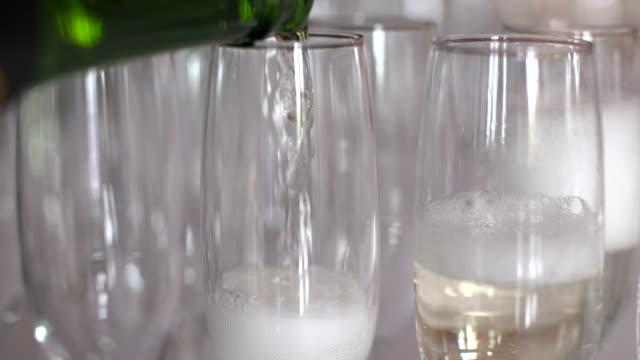 vidéos et rushes de flûtes à champagne sur table - flûte à champagne