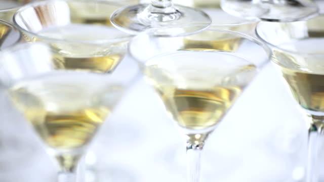 champagner-gläser. - champagner toasts stock-videos und b-roll-filmmaterial