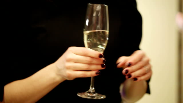 champagner in der hand - champagner toasts stock-videos und b-roll-filmmaterial