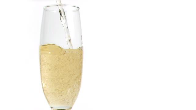 vidéos et rushes de champagne en super ralenti remplir un verre - champagne