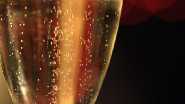 vidéos et rushes de gros plan du champagne ou de la bière - flûte à champagne