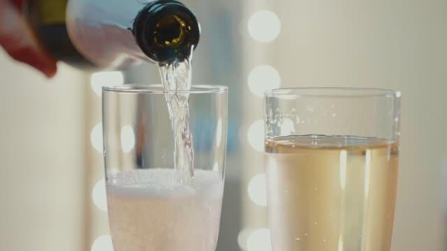 vidéos et rushes de champagne coulent de la bouteille. ralenti vidéo - champagne