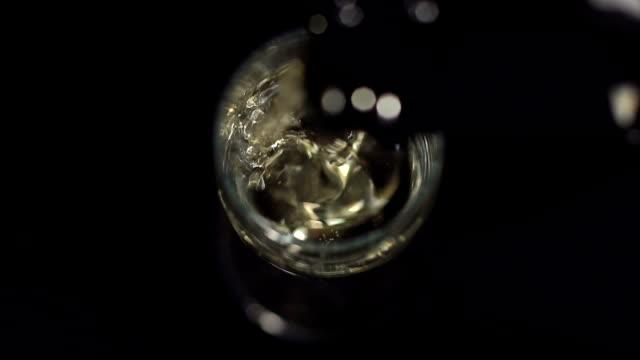 vidéos et rushes de champagne de verser dans un verre, gros plan. mo lente. - flûte à champagne