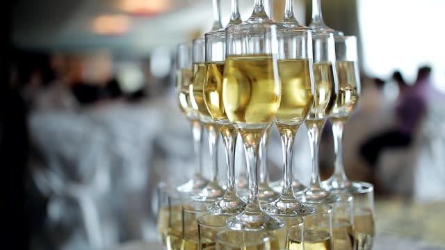 シャンパン ピラミッド。シャンパンの泡。シャンパンの煙。スライド グラス シャンパン付き。チェリーとシャンパン。お祝いシャンパン。新年のアルコール。多くのシャンパン。泡ワインします。 ビデオ
