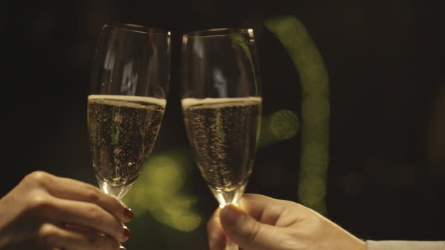 champagner-toast zeitlupe - anstoßen stock-videos und b-roll-filmmaterial