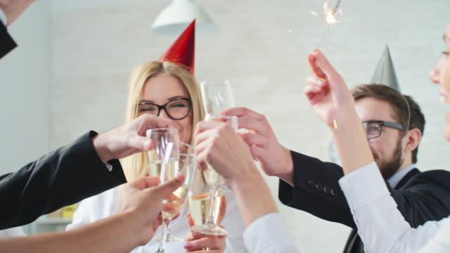 vídeos de stock, filmes e b-roll de brinde de champanhe - festa da empresa