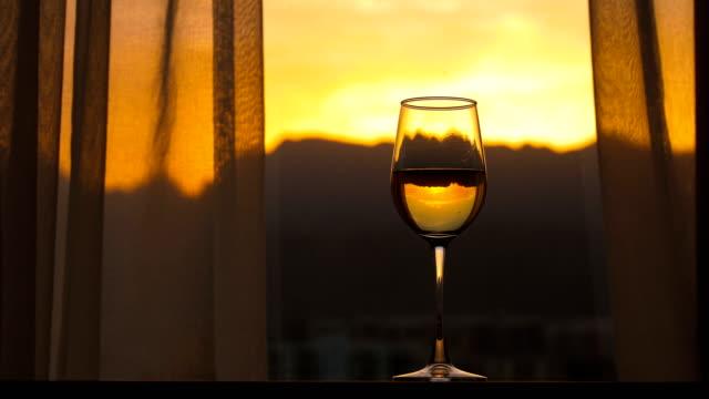 vidéos et rushes de champagne avec le fond de coucher de soleil de fenêtre - fête de naissance