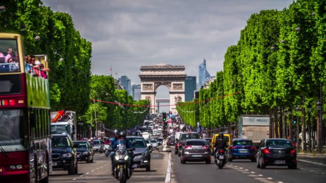 stockvideo's en b-roll-footage met champs elysees en arc de triomphe in parijs - boog architectonisch element
