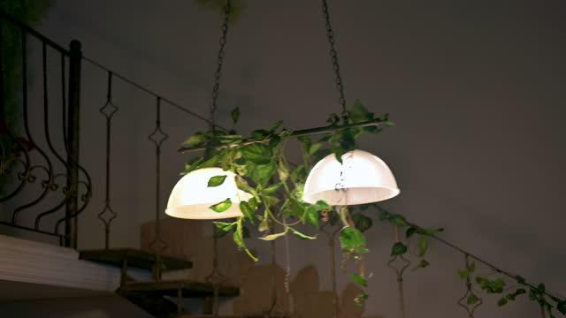 avize, tavan lambası bir deprem durumunda sallanan. - avize aydınlatma ürünleri stok videoları ve detay görüntü çekimi