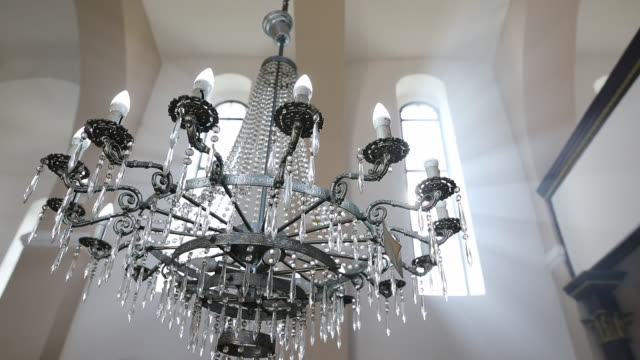 pencere üzerinden güneş ışınları ile kilise tavana asılı avize - bling bling stok videoları ve detay görüntü çekimi