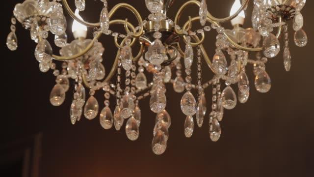 dairede avize var. dairenin tavanında güzel bir avize - avize aydınlatma ürünleri stok videoları ve detay görüntü çekimi