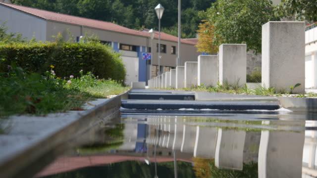 通道電流穿過城市 - 州立公園 個影片檔及 b 捲影像