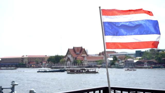 vídeos y material grabado en eventos de stock de vista del río de chao phraya del muelle y ondeando la bandera tailandesa - zona pelágica