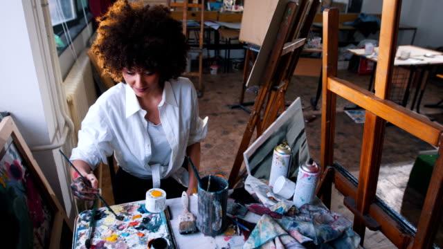 vídeos y material grabado en eventos de stock de artista creativo vuelva en su estudio de arte - pintor artista