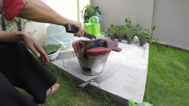 vídeos de stock e filmes b-roll de charcoal burning in the fireplace frame - burned oven