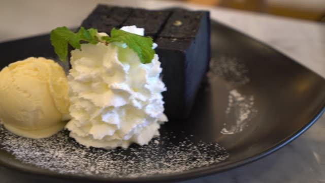 Carbón de leña tostada con crema de helado y látigo - vídeo