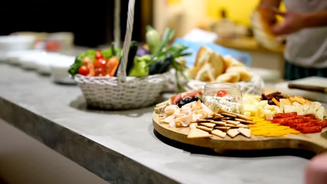 charcuterie board küche personal und zubereitung von speisen - bauholz brett stock-videos und b-roll-filmmaterial