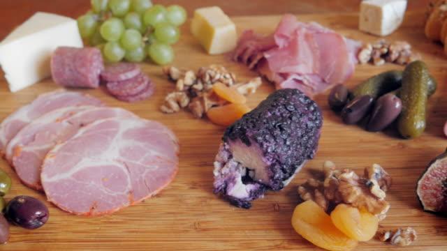 stockvideo's en b-roll-footage met charcuterie plaat met vleeswaren ambachtelijke kaas en vijgen - 4k - worst