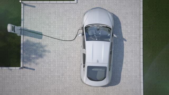 vídeos de stock e filmes b-roll de charging electric car top down aerial view - carregar