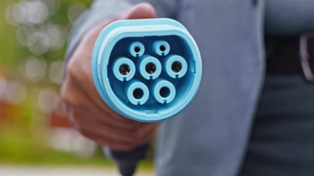 男性によって挿入されている slo mo 充電プラグ - 電気自動車点の映像素材/bロール