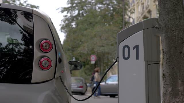 şarj istasyonu sokakta elektrikli arabalar için - i̇stasyon stok videoları ve detay görüntü çekimi